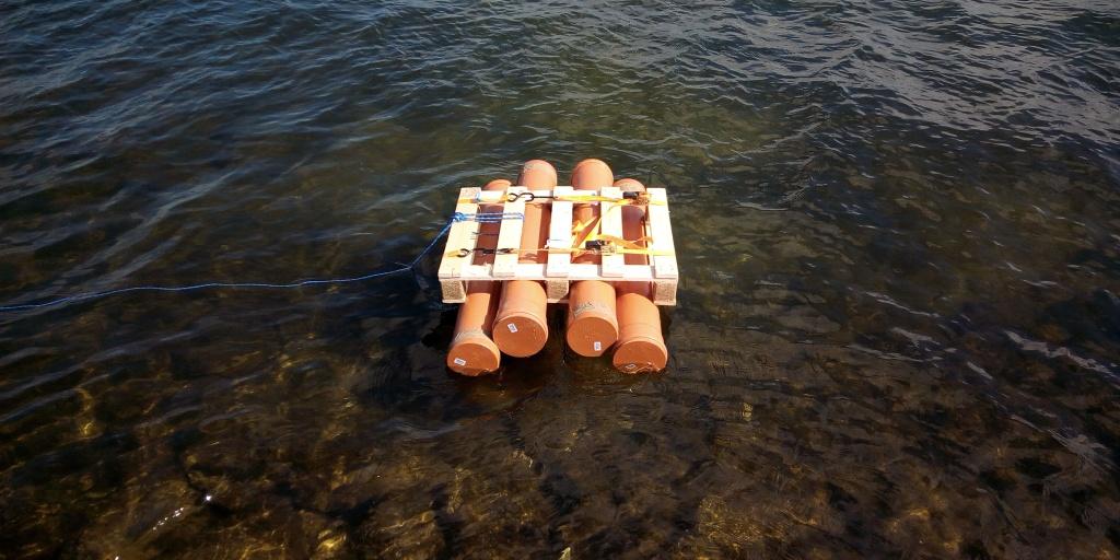 Floss aus vier Plastikrohren gebaut.