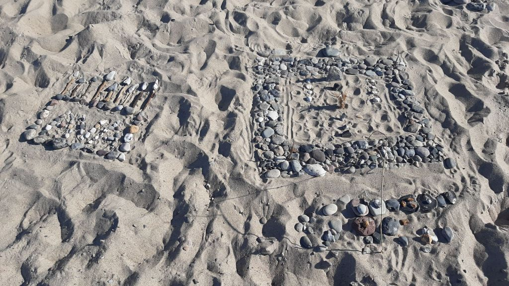 Kleines Kunstwerk aus Steinen gelegt, am Strand bei Stolteraa.